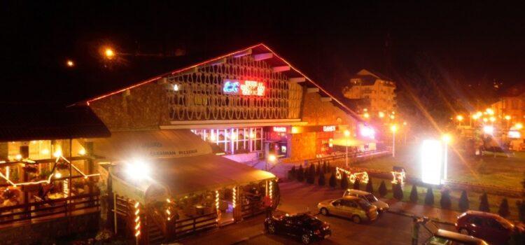 Centrul orașului Bușteni noaptea