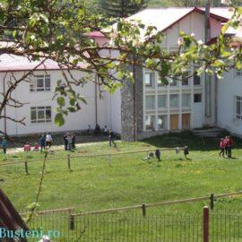 """Potentiali beneficiari ai blocurilor """"sociale"""" din curtea școlii din Bușteni"""